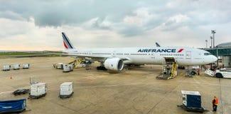 Air France Boeing 777-300ER em Charles de Gaulle Airport, França Fotografia de Stock Royalty Free