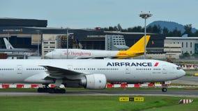 Air France Boeing 777-300ER que taxiing no aeroporto de Changi Imagens de Stock