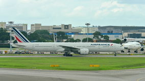Air France Boeing 777-300ER taxiing przy Changi lotniskiem Obrazy Royalty Free