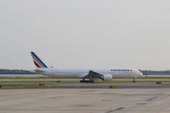 Air France Boeing 777 imposant dans l'aéroport de JFK dans NY Photographie stock libre de droits