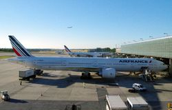 Air France-de lading van de vliegtuiglading alvorens het bewegen aan de hub te beginnen zich om passagiers in te schepen stock afbeeldingen