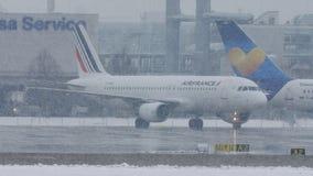Air France en las nevadas fuertes, aeropuerto de Munich