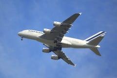 Air France flygbuss A380 i New York himmel, innan att landa på JFK-flygplatsen Arkivfoto