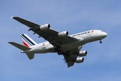 Air France flygbuss A380 som stiger ned för att landa på den internationella flygplatsen för JFK i New York Arkivfoto