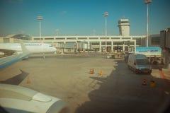 Air France-het parkeren en de ladingssporennea van het luchtvaartlijn commerciële vliegtuig Stock Fotografie