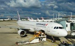 Air France hyvlar på den Paris Charles de Gaulle flygplatsen (CDG) royaltyfri bild