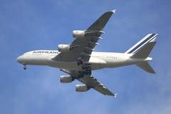 Air France-Luchtbus A380 in de hemel van New York alvorens bij JFK-Luchthaven te landen Stock Afbeeldingen