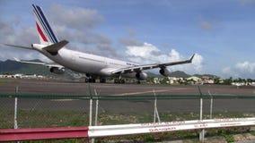 Air France-Luchtbusa340 Vliegtuig die de Baan aanzetten in Sint Maarten Airport stock footage