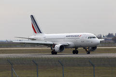 Air France-Luchtbusa319-111 vliegtuigen die op de baan landen Stock Foto's