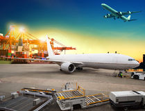 Air freight and cargo plane loading trading goods in airport con Royalty Free Stock Photos