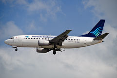 Air Garuda 737-3U3 sur la finale photo stock