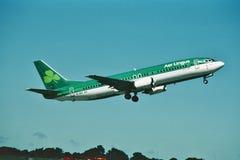 Air Lingus Boeing B-737, das von Dublin Ireland im Jahre 2000 sich entfernt lizenzfreie stockbilder