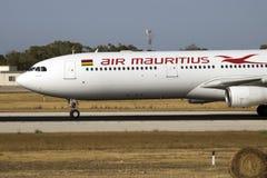 Air Mauritius A330 que llega para el mantenimiento Foto de archivo libre de regalías