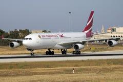 Air Mauritius A330 que llega para el mantenimiento Foto de archivo