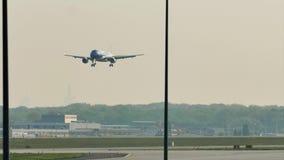 Air Moldova acepilla el aterrizaje en el aeropuerto de Francfort, FRA almacen de metraje de vídeo