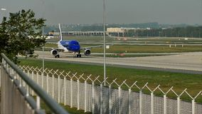 Air Moldova acepilla haciendo el taxi en el aeropuerto de Francfort, FRA metrajes
