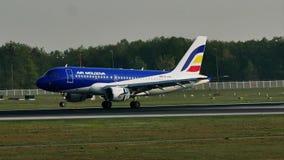 Air Moldova aplana a aterrissagem no aeroporto de Francoforte, FRA filme