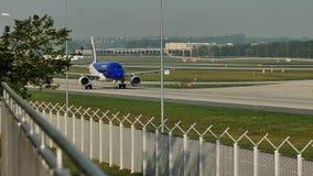 Air Moldova aplana fazendo o táxi no aeroporto de Francoforte, FRA filme