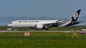 Air New Zealand Боинг 787-9 Dreamliner ездя на такси на международном аэропорте Окленда Стоковая Фотография