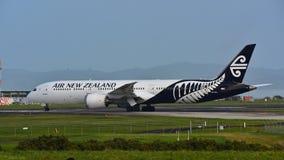 Air New Zealand Боинг 787-9 Dreamliner ездя на такси на международном аэропорте Окленда Стоковое Фото