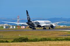 Air New Zealand Боинг 787-9 Dreamliner ездя на такси на международном аэропорте Окленда Стоковое Изображение