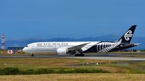 Air New Zealand Боинг 787-9 Dreamliner ездя на такси на международном аэропорте Окленда Стоковые Изображения RF