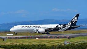 Air New Zealand Боинг 787-9 Dreamliner ездя на такси на международном аэропорте Окленда Стоковые Фото