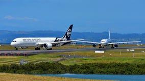 Air New Zealand Боинг 787-9 Dreamliner и свой фрахтованный аэробус A330 Высок-мухы ездя на такси на международном аэропорте Оклен Стоковые Изображения