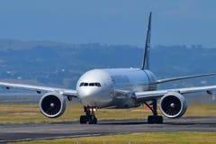 Air New Zealand Боинг 777-300ER ездя на такси на международном аэропорте Окленда Стоковые Изображения RF