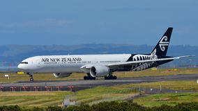 Air New Zealand Боинг 777-300ER ездя на такси на международном аэропорте Окленда Стоковая Фотография RF