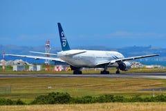 Air New Zealand Боинг 777-200ER ездя на такси на международном аэропорте Окленда Стоковое Изображение