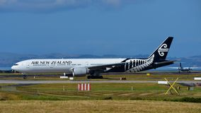 Air New Zealand Боинг 777-300ER ездя на такси на международном аэропорте Окленда Стоковое фото RF