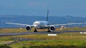 Air New Zealand Боинг 777-300ER ездя на такси на международном аэропорте Окленда Стоковые Фото