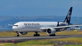 Air New Zealand Боинг 777-300ER ездя на такси на международном аэропорте Окленда Стоковое Изображение RF