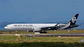 Air New Zealand Боинг 777-300ER ездя на такси на международном аэропорте Окленда Стоковые Изображения