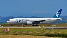 Air New Zealand Боинг 777-200ER ездя на такси на международном аэропорте Окленда Стоковые Изображения