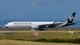 Air New Zealand Боинг 777-300ER ездя на такси на международном аэропорте Окленда Стоковое Фото