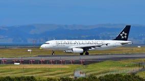 Air New Zealand A320 в ливрее союзничества звезды ездя на такси на международном аэропорте Окленда Стоковая Фотография