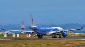 Air New Zealand фрахтовало аэробус A330 Высок-мухы в специальной ливрее ездя на такси на международном аэропорте Окленда Стоковые Изображения