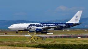 Air New Zealand фрахтовало аэробус A330 Высок-мухы в специальной ливрее ездя на такси на международном аэропорте Окленда Стоковые Фотографии RF
