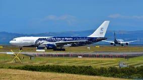 Air New Zealand фрахтовало аэробус A330 Высок-мухы в специальной ливрее ездя на такси на международном аэропорте Окленда Стоковое Изображение RF