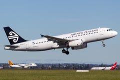 Air New Zealand Aerobus A320 bierze daleko od Sydney lotniska obraz stock