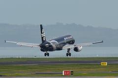 Air New Zealand Airbus A320 dans tout l'atterrissage de livrée de noirs à l'aéroport international d'Auckland Photo stock