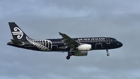 Air New Zealand Airbus A320 dans tout l'atterrissage de livrée de noirs à l'aéroport international d'Auckland Image stock