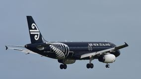 Air New Zealand Airbus A320 dans tout l'atterrissage de livrée de noirs à l'aéroport international d'Auckland Photo stock