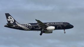 Air New Zealand Airbus A320 em toda a aterrissagem da libré dos pretos no aeroporto internacional de Auckland Imagem de Stock