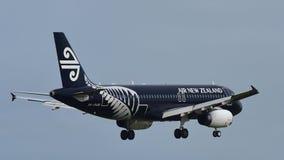 Air New Zealand Airbus A320 em toda a aterrissagem da libré dos pretos no aeroporto internacional de Auckland Foto de Stock