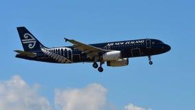 Air New Zealand Airbus A320 en todo el aterrizaje de la librea de los negros en el aeropuerto internacional de Auckland Imágenes de archivo libres de regalías