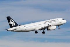 Air New Zealand Airbus A320 que descola de Sydney Airport Imagens de Stock