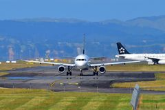 Air New Zealand Airbus A320 que taxiing no aeroporto internacional de Auckland Fotografia de Stock